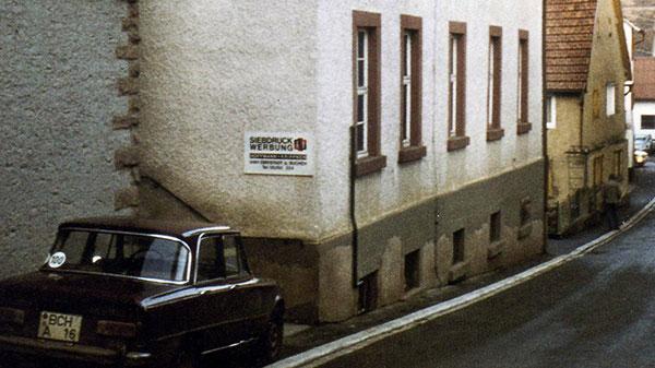 Altes Gebäude mit parkendem Auto